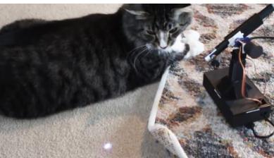 您可以自动化或手动控制此Pi驱动的激光机器人