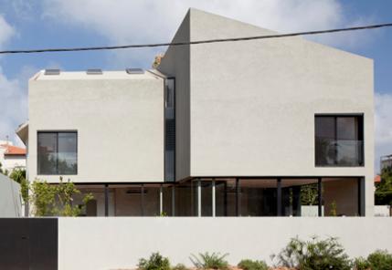 从Herzliya沿海社区的一排现有房屋中拆除了最终财产
