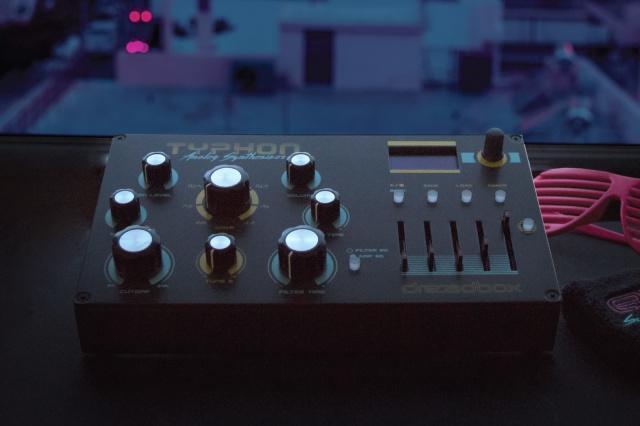 Dreadbox的便携式Typhon模拟合成器加载了新的效果